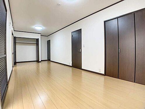 中古一戸建て-岡崎市舳越町字東沖 1階にはとても広い洋室がございます!客間としても、みんなでくつろげるスペースとしても活用できます。