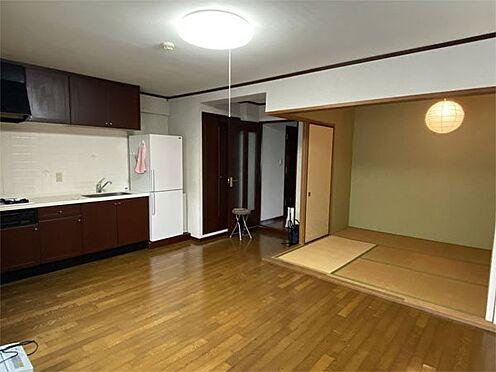 中古マンション-伊東市荻 【LDK】リビングからキッチンです。冷蔵庫のとなりの扉が洗濯機置き場です。