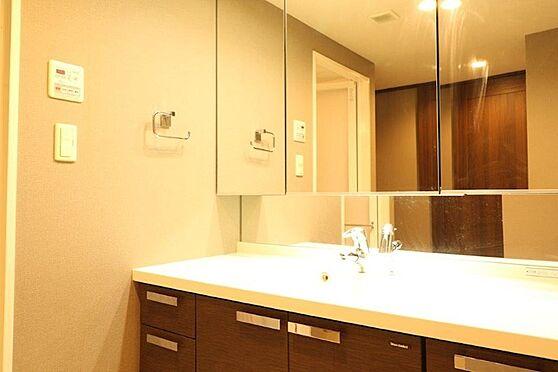 中古マンション-八王子市別所1丁目 同仕様の洗面化粧台となります。ワイドな3面鏡と2種類の照明がついています。