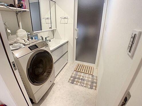 中古一戸建て-安城市東栄町 ワイドな鏡を備えた、スタイリッシュなデザインの洗面化粧台。