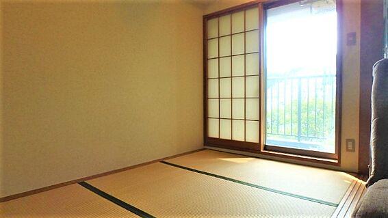 リゾートマンション-熱海市伊豆山 リビングダイニングに隣接された3畳の和室です。このお部屋にはバルコニーがついています。
