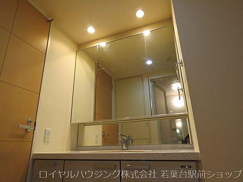 中古マンション-川崎市高津区新作5丁目 収納付きの三面鏡洗面化粧台です。