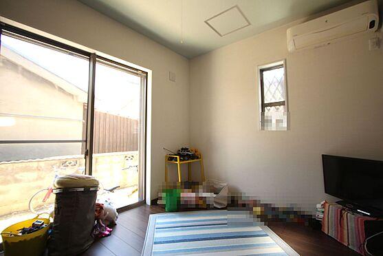 中古一戸建て-大和高田市三和町 【5.1帖洋室】フローリング貼でお掃除楽々。全室2面採光で明るさも確保しております。
