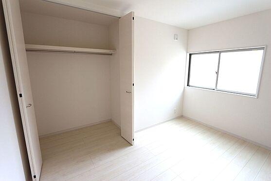 戸建賃貸-北葛城郡広陵町大字南郷 2階洋室には全てクローゼットがございます。沢山の衣類や小物もすっきり整理できますね。(同仕様)