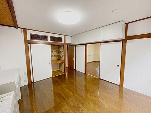 戸建賃貸-浦安市舞浜3丁目 押入と吊戸棚で収納も充実しています。