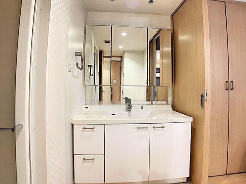 中古マンション-名古屋市守山区城土町 使い勝手のいい三面鏡の洗面台