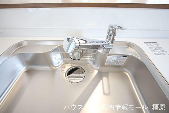 戸建賃貸-橿原市菖蒲町3丁目 水栓一体型の浄水器を設置。場所を取らずにきれいな水がいつでも利用できます(同仕様)
