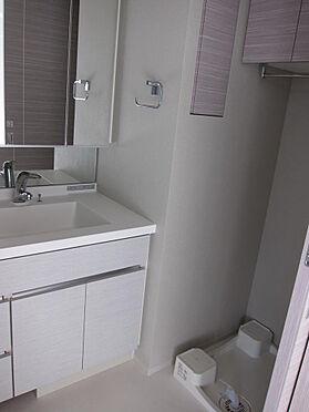 マンション(建物一部)-千代田区神田三崎町3丁目 洗面台のライトは白色・太陽光・暖色系と切り替え可能。化粧の仕上がりチェックにもっていこいです。