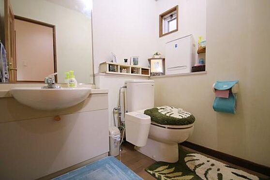 中古マンション-田方郡函南町平井 トイレはとても広く、手洗い場を洗面として利用できます。ここにも換気窓があります。