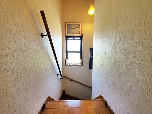 中古一戸建て-日野市大字川辺堀之内 階段には手摺もあってバリアフリーにも配慮されています。