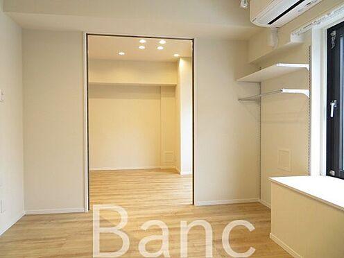 中古マンション-品川区西五反田1丁目 リビングと洋室の仕切りは引き戸式になっているのでドアのデッドスペースが無いのでお部屋を有効に使えます
