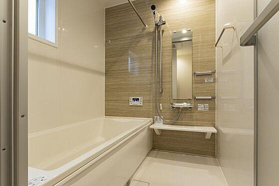 戸建賃貸-西尾市戸ケ崎3丁目 足を伸ばしてゆっくりくつろげる浴槽サイズ。滑りにくい設計でお子様とのお風呂も安心です。(同仕様)