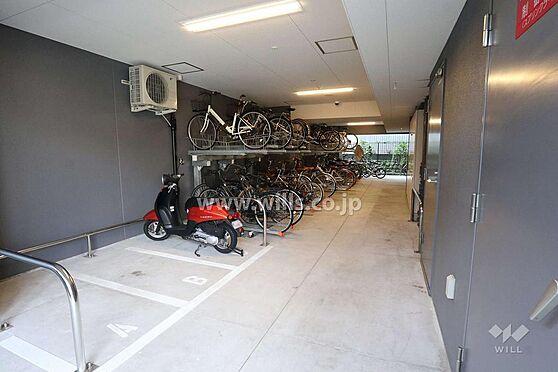 マンション(建物一部)-名古屋市東区葵1丁目 マンション駐輪場の様子です。屋根もあり、雨風から自転車を守ります。ご利用条件など詳細はお問い合わせください。
