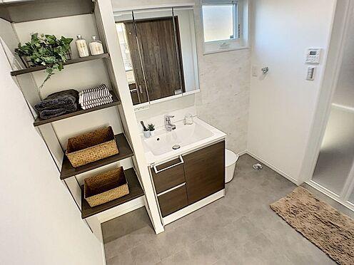 戸建賃貸-西尾市吉良町木田祐言 スタイリッシュなデザインの洗面化粧台。収納も豊富です。