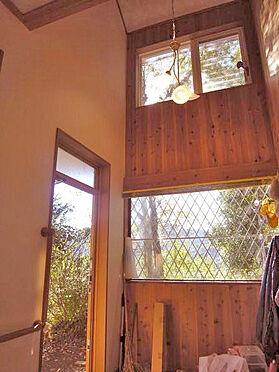 中古一戸建て-伊東市宇佐美 <玄関>吹抜けになっていて明るい印象です。
