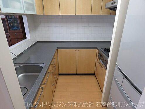 中古マンション-川崎市高津区新作5丁目 収納が豊富なU型のキッチンです