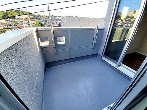 新築一戸建て-町田市金井7丁目 奥行きがあるので洗濯の際の動きにもゆとりが持てるバルコニーです。