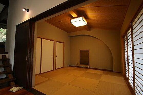 中古一戸建て-熱海市伊豆山 和室の窓も広く、窓の外の風景を見ながらゆったりとお過ごし頂けることと思います。