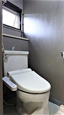 リゾートマンション-熱海市伊豆山 クロスを張替え、便座を交換されたトイレのようすです。こちらにも窓がございます。