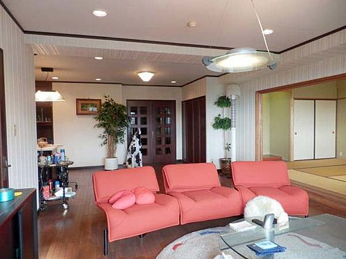 中古マンション-伊東市富戸 リビングダイニング約26.8帖 広々としたリビングです。
