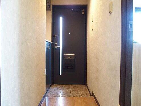 中古マンション-八王子市堀之内2丁目 シューズクローゼット付玄関です。玄関ドアから光が入るデザインになっており明るい玄関です。
