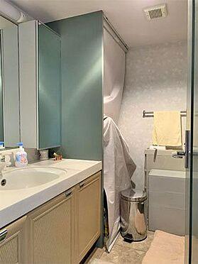 中古マンション-伊東市川奈 〔洗面所〕大きな鏡で使いやすいかと思います。