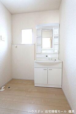 戸建賃貸-磯城郡田原本町大字阪手 大型の洗濯機も無理なく設置できる広さを確保。洗面台は便利なシャワー付きです。(同仕様)