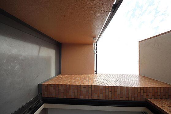 マンション(建物一部)-八王子市八木町 6帖の洋室。ベランダや収納スペースもございます。