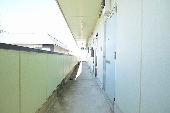 マンション(建物全部)-瑞穂市別府 日の差し込む明るい印象の共用廊下。