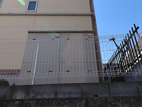 アパート-横浜市鶴見区東寺尾1丁目 側面部分、裏倉庫の様子。