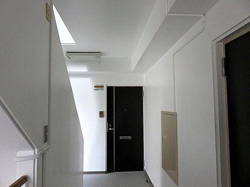 マンション(建物全部)-板橋区東新町2丁目 共用廊下は内廊下ですので雨の日も濡れません。