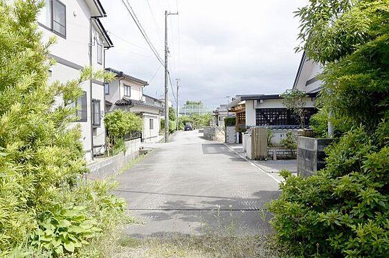 土地-富山市本郷町 敷地内から見た前面道路の様子