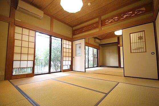 中古一戸建て-熱海市伊豆山 1階の和室は手前は広さは8畳。押入れもございます。