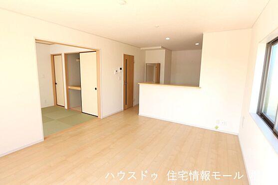 戸建賃貸-磯城郡田原本町大字阪手 和室と合わせて21.2帖の大きな空間。ご家族の憩いの場にぴったりですね。お客様が大勢いらしてもゆったりおくつろぎ頂けます。(同仕様)