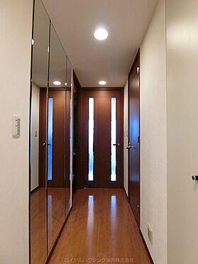 中古マンション-横浜市神奈川区栄町 廊下には姿見ガラスを配し身支度にも便利です