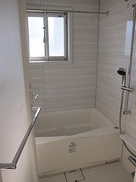 マンション(建物一部)-千代田区神田三崎町3丁目 浴室には窓もあります。浴室乾燥機能、追いだき機能完備。