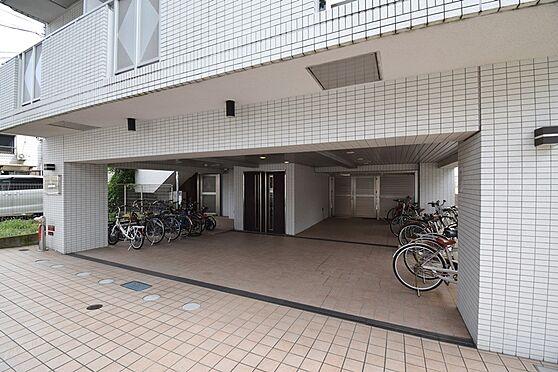 マンション(建物一部)-横浜市南区前里町3丁目 アプローチ部分のお写真です。広々としていて自転車の出し入れもしやすそうです。