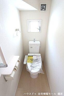戸建賃貸-磯城郡田原本町大字八尾 2か所のトイレは朝の混雑緩和に活躍します。1・2階共に。温水洗浄便座を完備しております(同仕様)