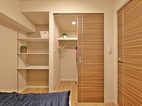 中古マンション-大田区大森北1丁目 大容量収納可能なウォークインクローゼットはシーズンオフの服や普段使わないものをたくさん収納できます