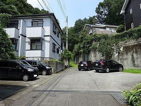 アパート-宇都宮市山本3丁目 該当地内で、私道となっております。その道を挟んで左右が駐車場。