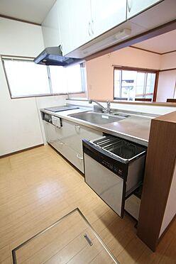 中古一戸建て-橿原市菖蒲町3丁目 ご家族並んでお料理を楽しんで頂ける大型のシステムキッチン。食器洗浄乾燥機は、家事の負担を軽減します。