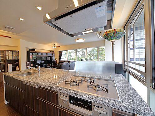 中古マンション-品川区東品川4丁目 【Kitchen】リビングにいる家族とお話しながら料理ができる、オープンなアイランドキッチンを採用。