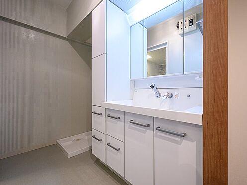 中古マンション-品川区八潮5丁目 清潔感のある白で統一されている洗面台とリネン庫です。