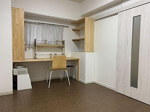 中古マンション-名古屋市名東区名東本通5丁目 洋室にはカウンターがあり、仕事や趣味のスペースとして重宝しそうですね!