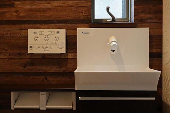 中古一戸建て-日進市岩崎町元井ゲ トイレには手洗い場が設けられていて、手を洗うときに水がはねにくいです。