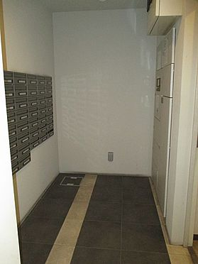 中古マンション-大阪市東成区玉津1丁目 エントランス内にあるメールボックス・宅配ボックスです