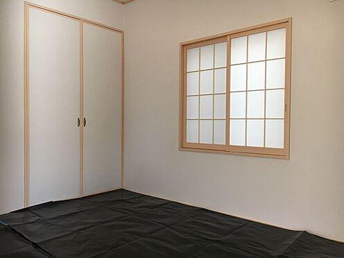 新築一戸建て-みよし市明知町一木 和室の扉をあけると、キッチンからも遊んでいるお子様の様子が確認できます。(こちらは施工事例です)
