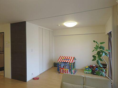 中古マンション-町田市小山ヶ丘4丁目 リビングと洋室の壁は可動式になっており、開放すると20.8帖のLDKになります。