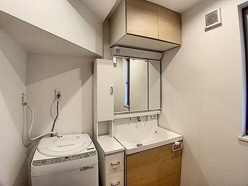 中古一戸建て-名古屋市千種区山添町2丁目 収納スペースの多い洗面台は、身支度を整えるのに助かります。