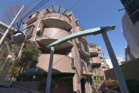 区分マンション-港区三田3丁目 1995年7月完成物件 バルコニーと壁面の直線の織り成す瀟酒なアウトフォルム